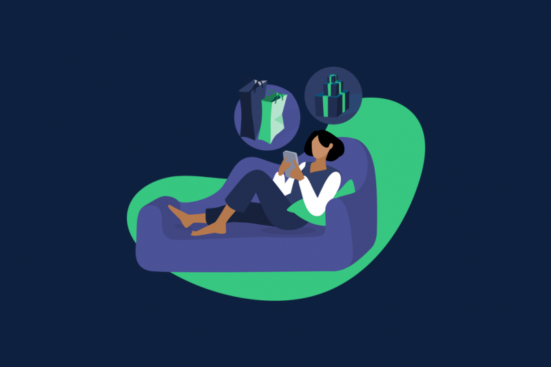 Ilustração de uma mulher deitada no sofá com um dispositivo móvel na não, comprando produtos na Black Friday. Também têm dois balões perto dela com presentes e sacolas de compras.